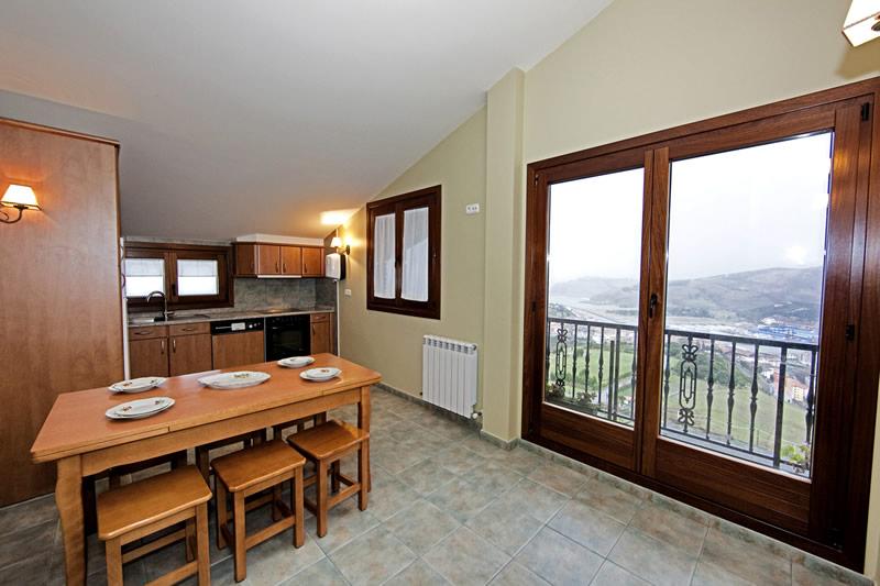 Cocina - comedor del apartamento Santa Klara con vistas a la costa de Zumaia